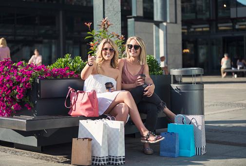 Happy Young Women In Shopping - Fotografie stock e altre immagini di Abbigliamento casual
