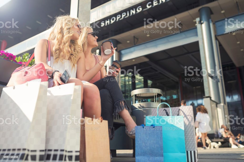Happy young women in shopping - Стоковые фото Беззаботный роялти-фри