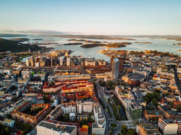 haven en financieel district van oslo, noorwegen - oslo stockfoto's en -beelden