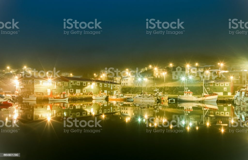 Harbor fishing boats at night with beautiful lights. Siglufjordur, Iceland. foto stock royalty-free