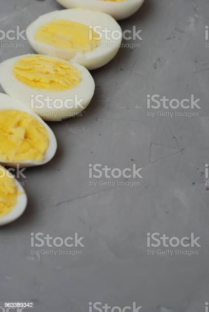 Jajka Na Twardo Pokrojone W Połówki Przygotowanie Składników Żywności Szare Teksturowane Tło - zdjęcia stockowe i więcej obrazów Białko