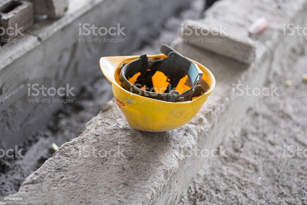 Schutzhelm sitzt auf unebenem konkrete – Foto