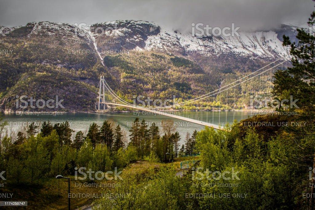 Hardangerbrua oder Hardanger Brücke Hängebrücke über den EidfjordZweig des Hardangerfjords in Hordaland County, Norwegen. Verbinden von Ullensvang und Ulvik - Lizenzfrei Baum Stock-Foto