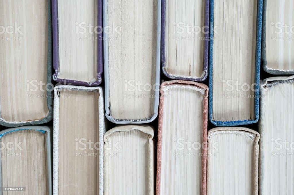 Hardcover Bücher auf Holztisch. – Foto