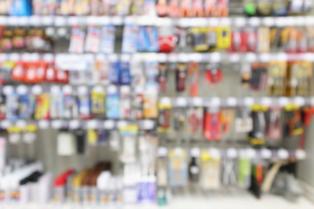 hardware und werkzeug im supermarkt store weichzeichnen hintergrund - baumarkt stock-fotos und bilder