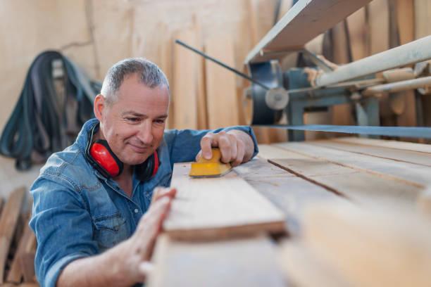 assidu menuisier bois polir avec du papier abrasif - menuisier photos et images de collection