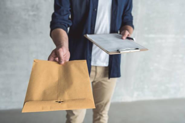 Hombre trabajador lleva paquete - foto de stock