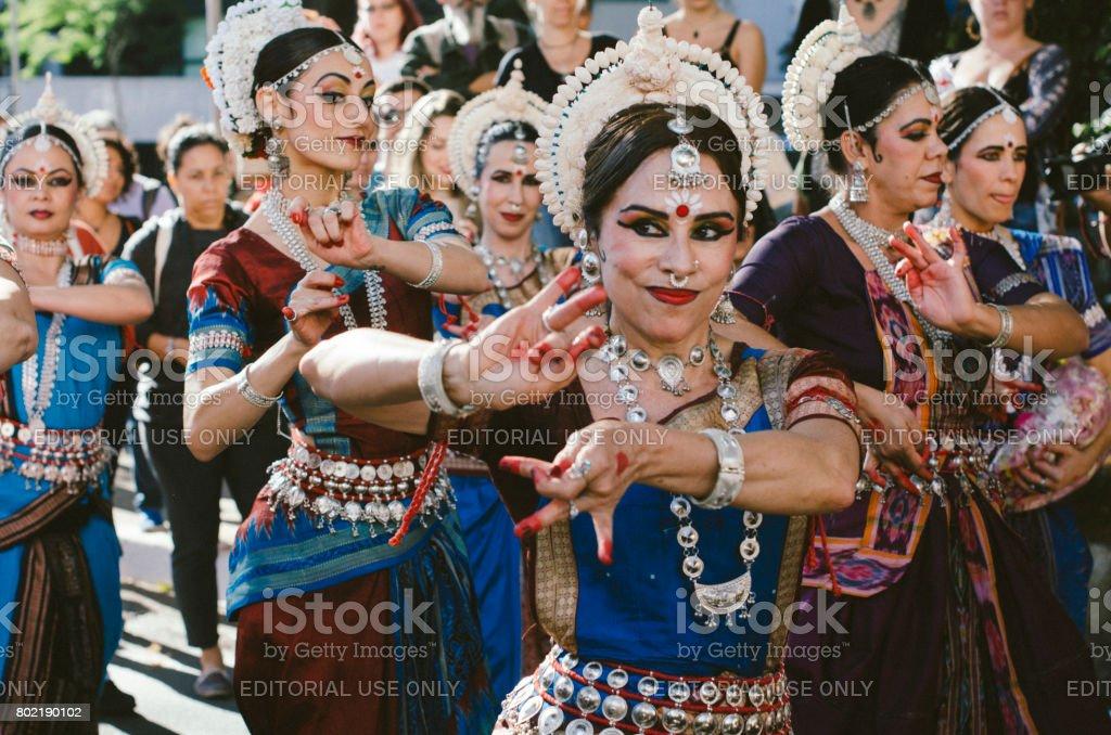 Festival Hare krishna na Avenisa Paulista, São Paulo - Brasil. Celebrando a cultura indiana com danças e música. - foto de acervo