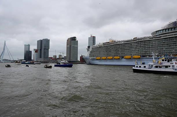"""harmonie aus dem meer """" das weltweit größte kreuzfahrtschiff verlassen rotterdam. - größte städte der welt stock-fotos und bilder"""