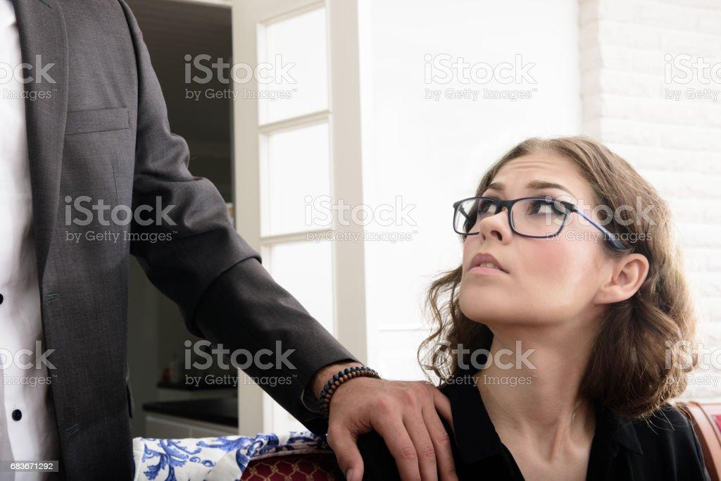Belästigt Frau mag seine hand – Foto