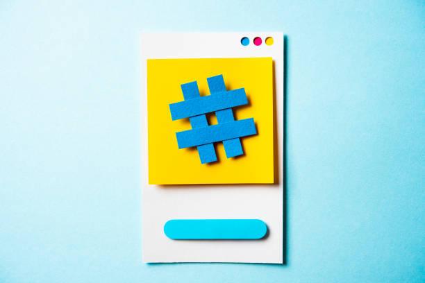 hashtag symbol posten hinweis mit papier smartphone-konzept auf blauem hintergrund. social media und digitale marketing-konzept. - popup cards stock-fotos und bilder