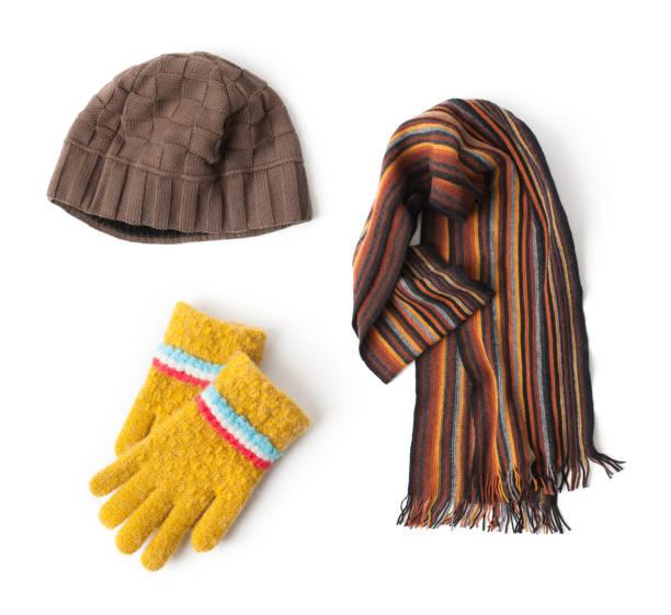 mütze, schal und handschuhe auf weißem hintergrund - mützenschal stock-fotos und bilder