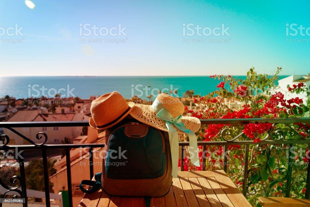 帽子と風光明媚なテラス、ヨーロッパでの休暇のバックパック ストックフォト