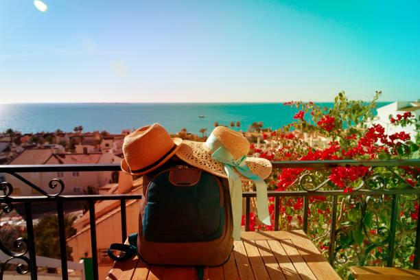 hüte und rucksack auf panorama-terrasse, urlaub in europa - hochzeitsreise ohne mann stock-fotos und bilder