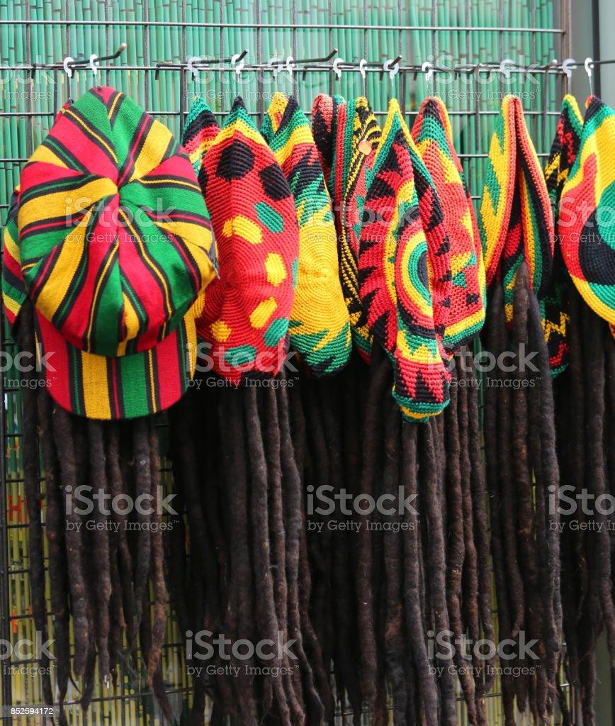 hoeden met de kleuren van de Jamaicaanse vlag te koop in de costum foto