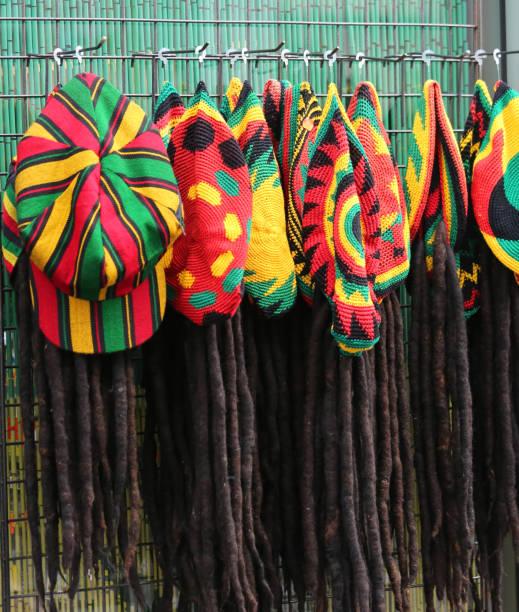 Hüte mit den Farben der jamaikanische Flagge für den Verkauf in den costum – Foto