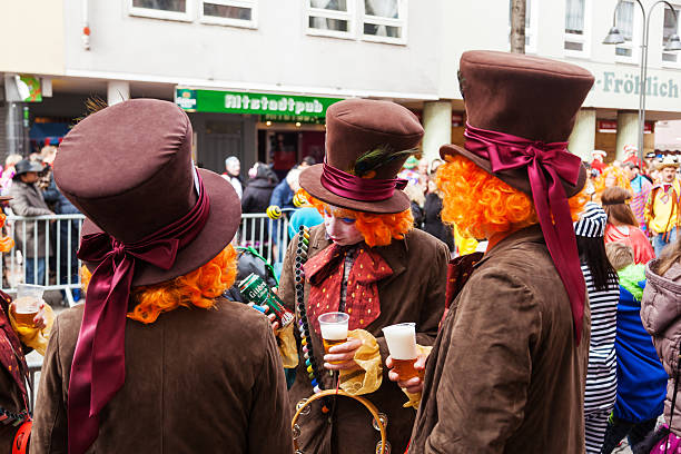 im kölner karneval kostüme hatter - karnevalskostüme köln stock-fotos und bilder