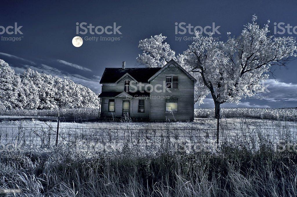 Haunted de fazenda e lua cheia - foto de acervo