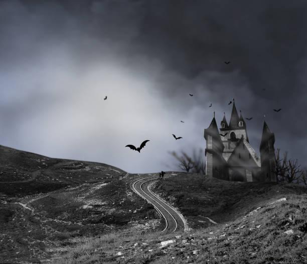 haunted haus mit kürbissen straße, dunkle beängstigend friedhof rauch hellgrau auf einem schwarzen hintergrund halloween horror konzept - halloween party einladungen stock-fotos und bilder