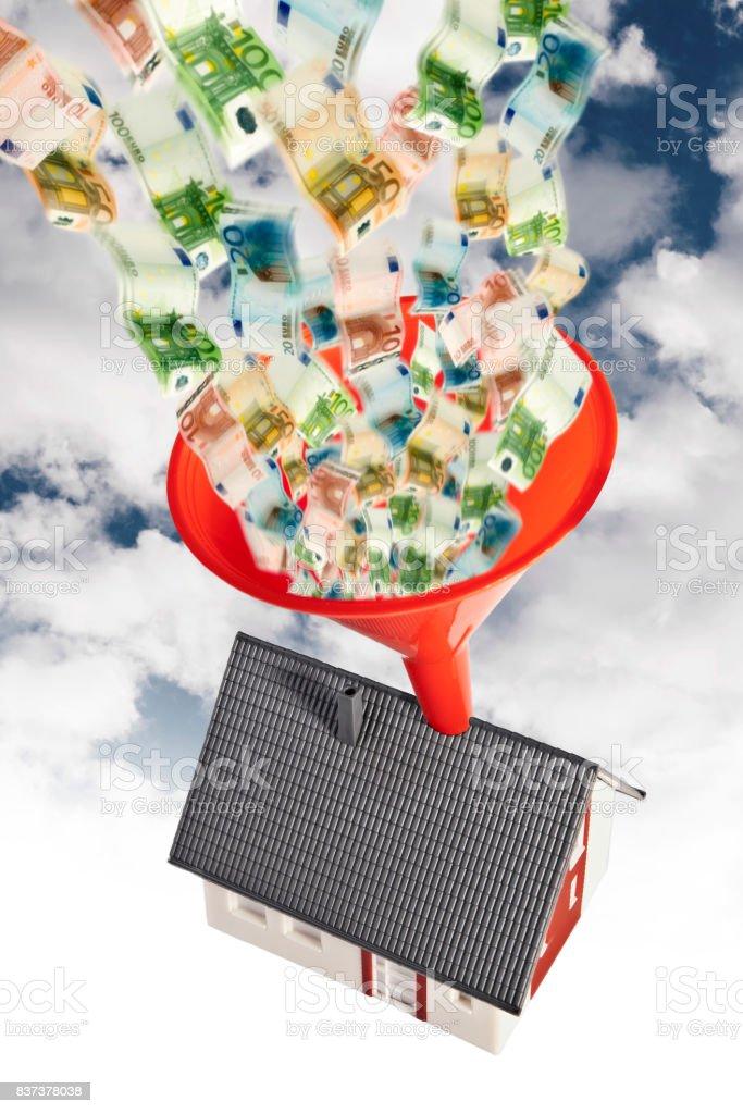 Haus mit Trichter und Geld stock photo