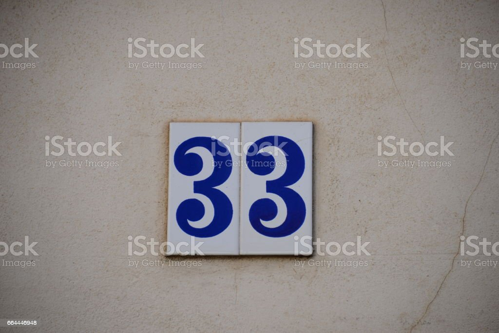 Hausfassaden in Spanien, Hausnummer 33 stock photo