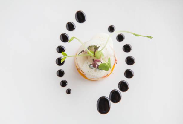 alta gama alta cocina gourmet aperitivo camarón, pera, calabaza con espuma de mantequilla - moda parisina fotografías e imágenes de stock