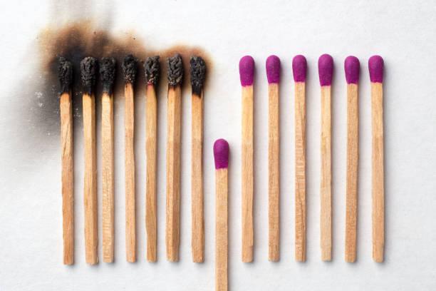 haben sie ein spiel, um aufzugeben und zu vermeiden, dass andere verbrannt werden - verzweiflung stock-fotos und bilder