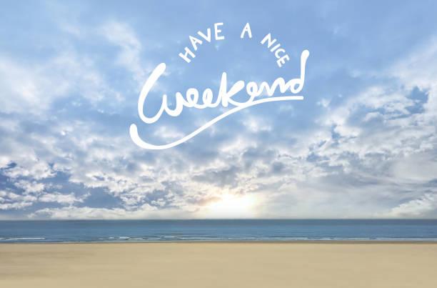 habt ein schönes wochenende auf blauen bewölkten himmel und meer - freitag stock-fotos und bilder