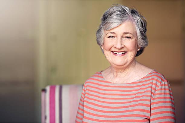 j'ai toutes les raisons d'être heureux - femmes seniors photos et images de collection