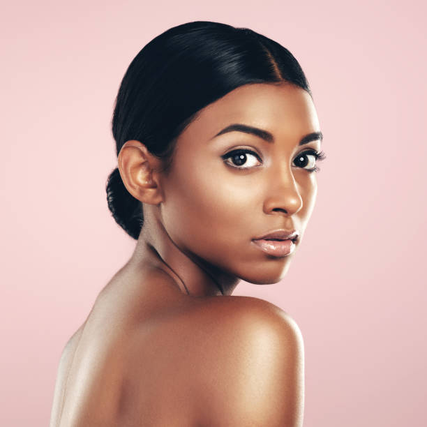jag tvivlar inte på att min hudvårdsrutin är bäst - kvinna ansikte glow bildbanksfoton och bilder
