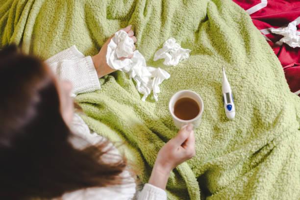 eine erkältung - erkältung und grippe stock-fotos und bilder