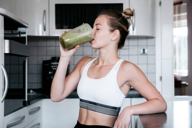 having a healthy breakfast - bella ragazza mangia sano foto e immagini stock