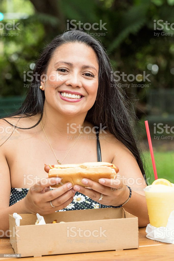 Bei einem hotdog Lizenzfreies stock-foto