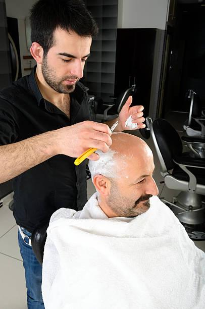 sie eine rasur der traditionellen art - glatze schneiden stock-fotos und bilder