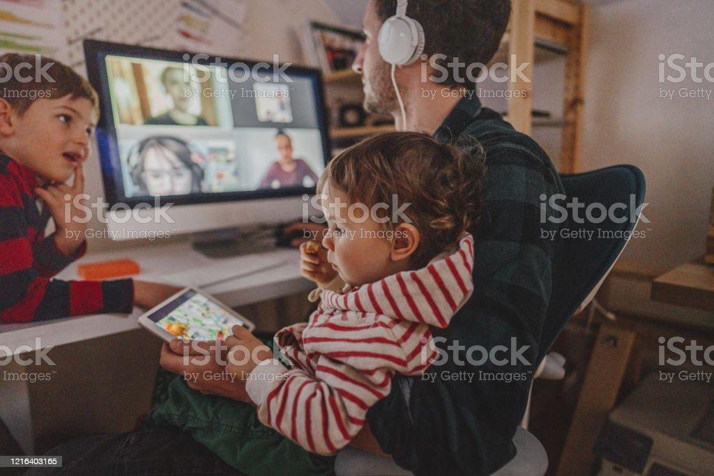 Eine Videokonferenz von zu Hause aus haben - Lizenzfrei Abstand halten - Infektionsvermeidung Stock-Foto
