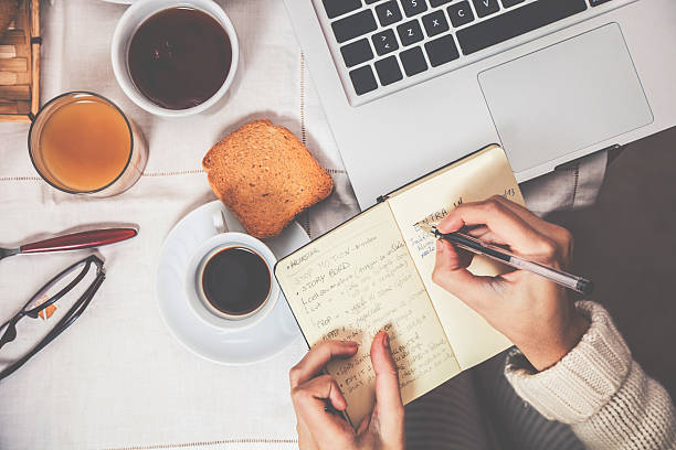 disfruta de un desayuno en la mañana - clase de escritura fotografías e imágenes de stock