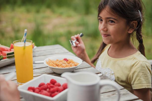 frühstücken sie außerhalb - innocent saft stock-fotos und bilder