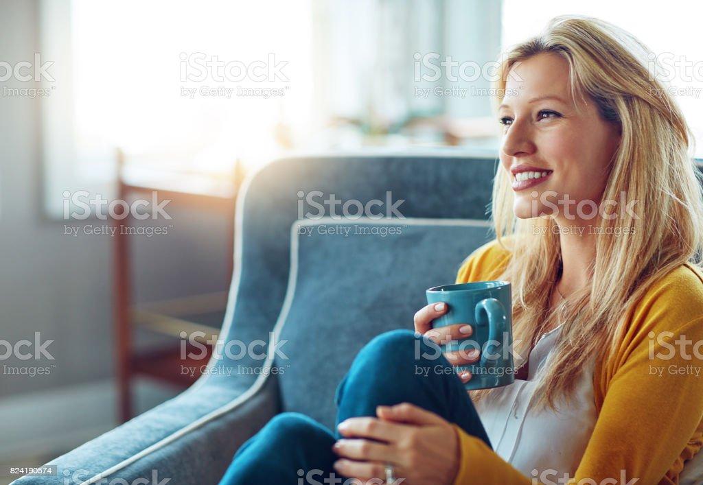Tomar café en mi taza favorita - foto de stock