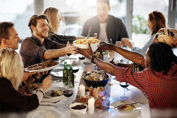 avoir des amis au cours d'un barbecue - diner entre amis photos et images de collection