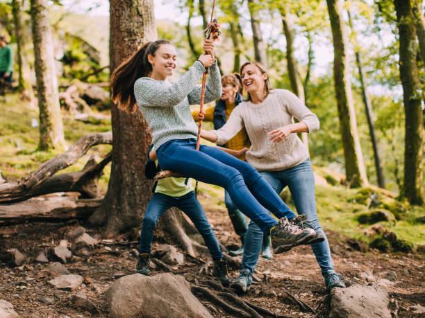plezier op de rope swing - bos spelen stockfoto's en -beelden