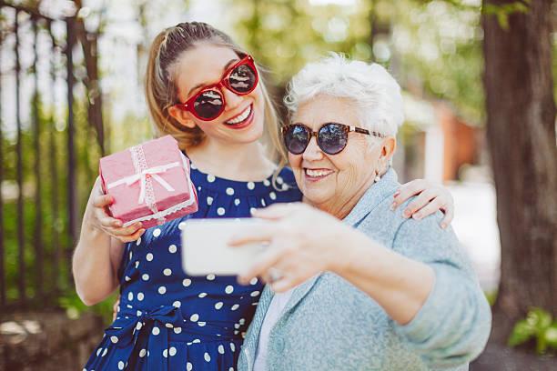 spaß zusammen - jugendliche geburtstag geschenke stock-fotos und bilder