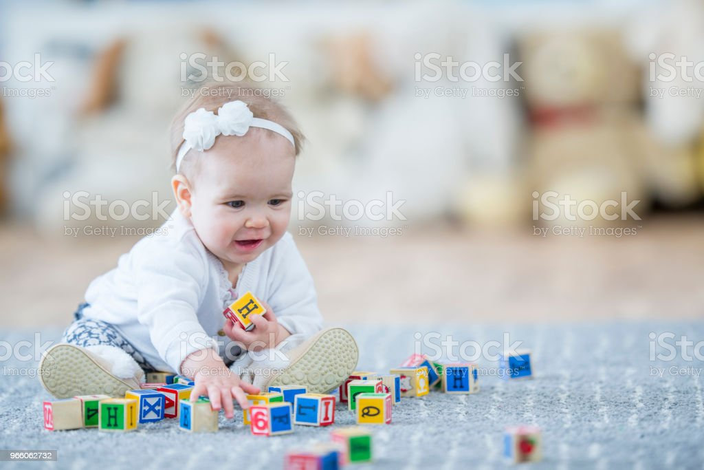 Ha kul med block - Royaltyfri 12-23 månader Bildbanksbilder