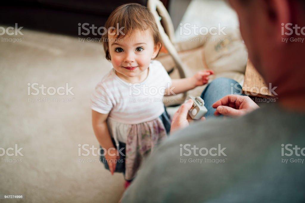 家でお父さんと楽しんでください。 ストックフォト