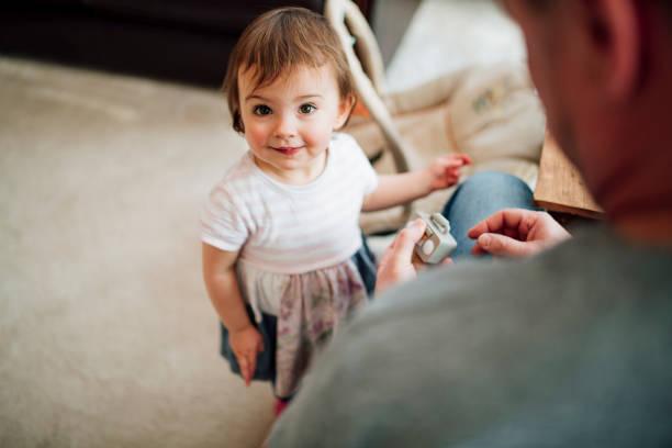 te diviertes con papá en casa - padre que se queda en casa fotografías e imágenes de stock