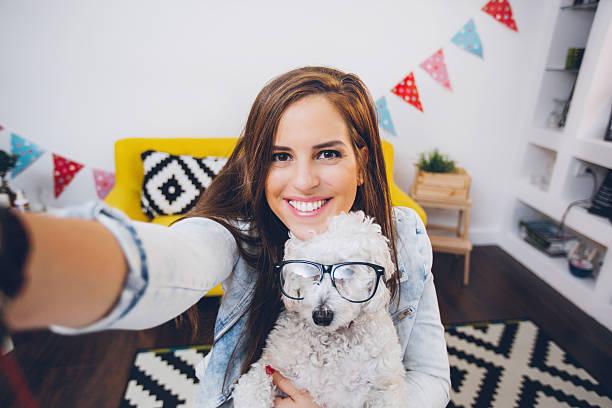 s'amusant avec mon chien! - selfie photos et images de collection
