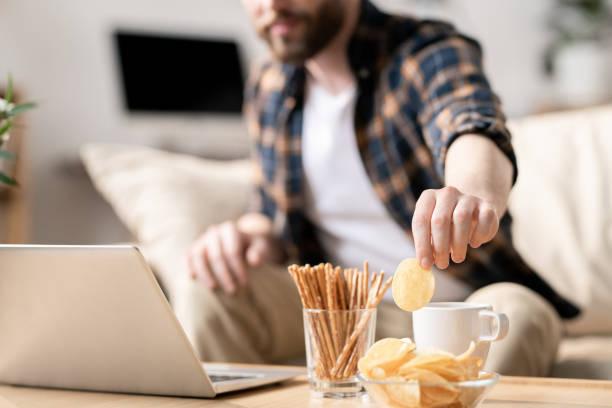 Comer bocadillos durante el trabajo - foto de stock