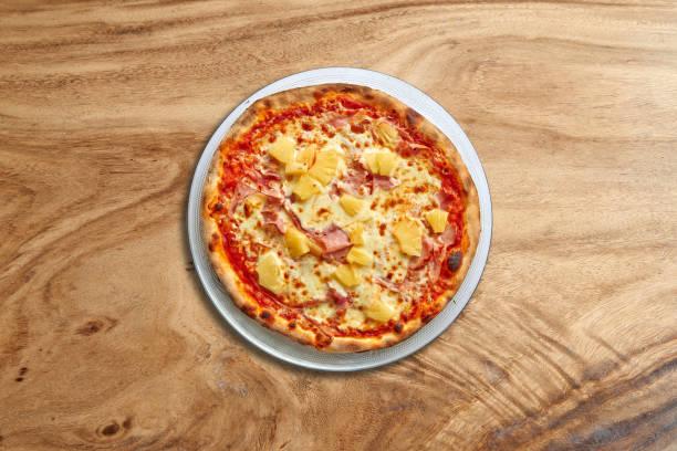 Hawai Pizza auf herrlichem Holzhintergrund – Foto