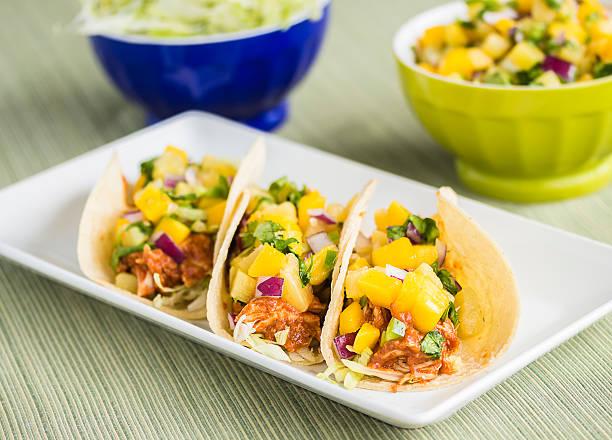 hawaiian barbecue-hühnchen-tacos - ananas huhn salate stock-fotos und bilder