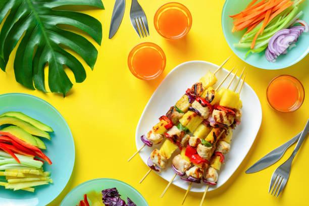 Concepto de comida de verano de brocheta a la parrilla de pollo hawaiano - foto de stock