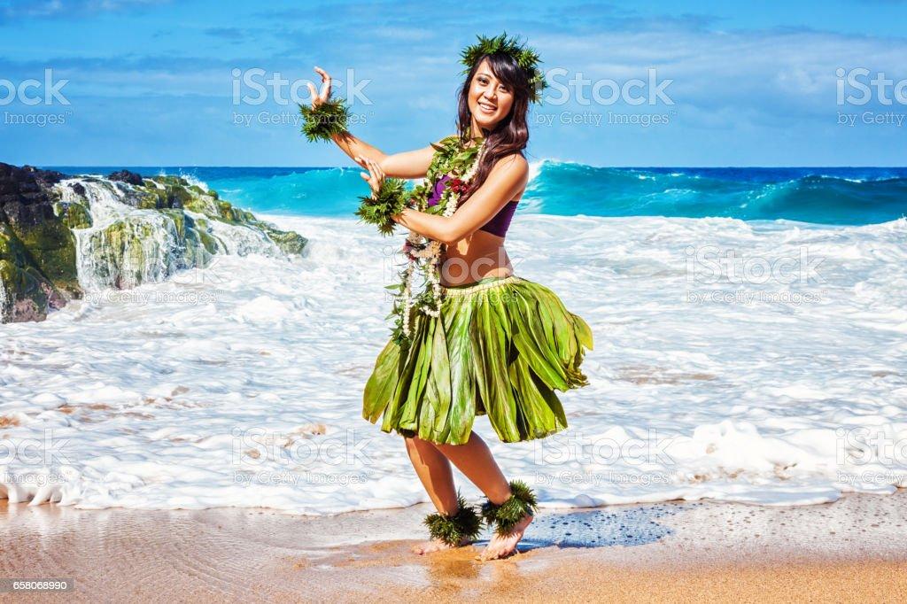 Hawaiian Bailarina de Hula en la playa - foto de stock